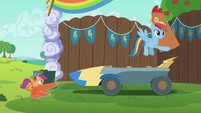 Rainbow carrying chicken head away S6E14