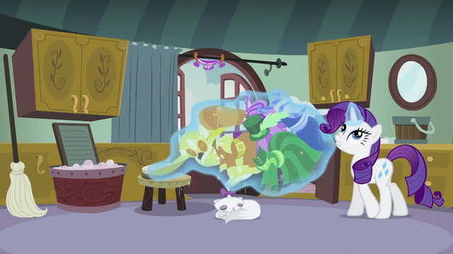 File:Rarity levitating the clothes 2 S2E05.png
