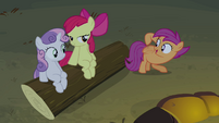 Scootaloo points at her wings S3E06