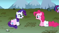 Rarity and Pinkie playing tic tac toe S1E7