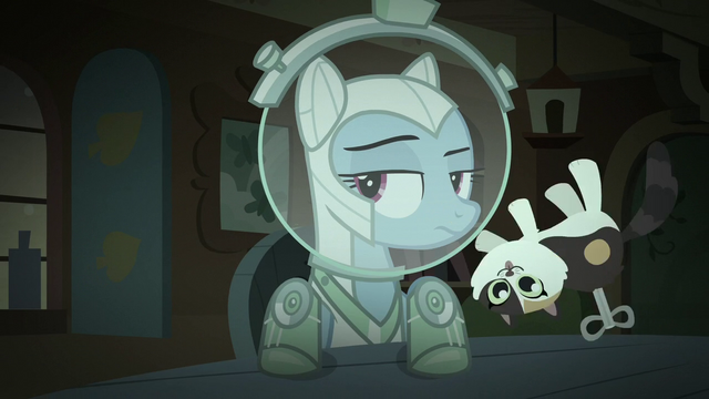 File:Windup toy flies past Rainbow's face S5E21.png