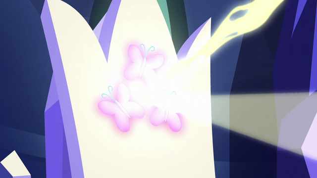 File:Magic pours out of Fluttershy's throne S6E12.png