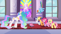Celestia and Main 6 stare at the empty box S2E01