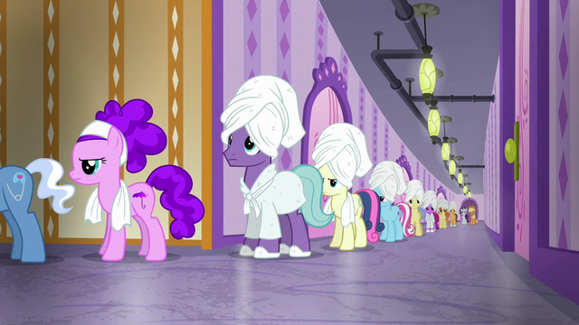 File:Long line for the steam room S6E10.png