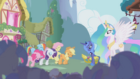 Ponies bowing to Princess Luna S1E02