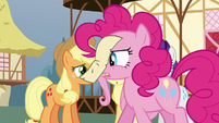 Pinkie reads the note on her nose S5E19