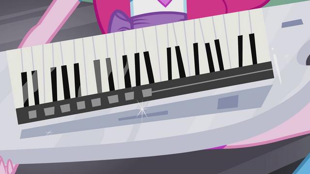 File:Keytar in Pinkie's hands EG2.png