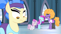 Sapphire Shores and dancers unimpressed S4E19