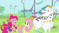 Pinkie Pie throws confetti S4E10
