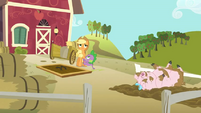 Applejack, Spike, and muddy pig S03E09