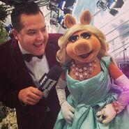 Instagram-MissPiggy&RossMatthews-Oscars-(2014)