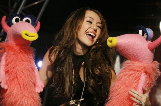 File:Miley cyrus snowths.jpg