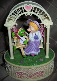 Enesco 1983 music box miss piggy kermit swing 2