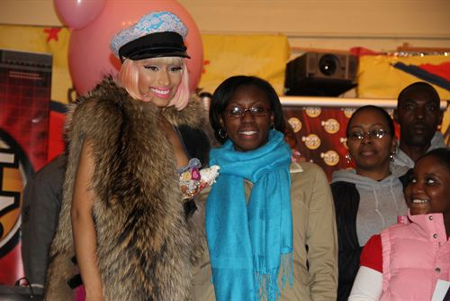 File:Nicki-minaj-hands-out-free-turkeys-to-her-old-school-in-queens13.jpg