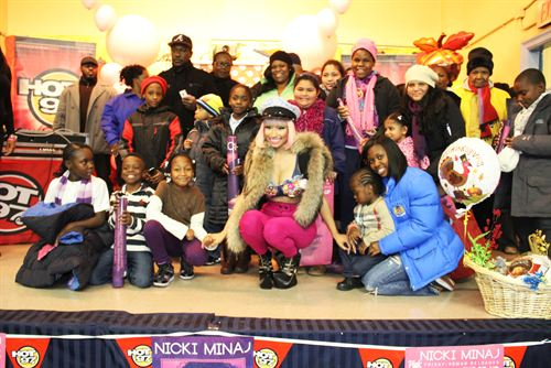 File:Nicki-minaj-hands-out-free-turkeys-to-her-old-school-in-queens5.jpg