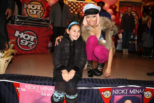 File:Nicki-minaj-hands-out-free-turkeys-to-her-old-school-in-queens10.jpg