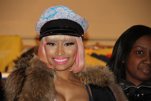File:Nicki-minaj-hands-out-free-turkeys-to-her-old-school-in-queens8.jpg