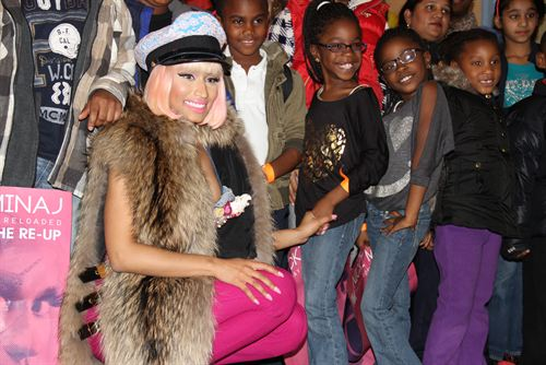 File:Nicki-minaj-hands-out-free-turkeys-to-her-old-school-in-queens20.jpg