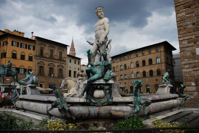 File:Statue in Florence Italy.JPG