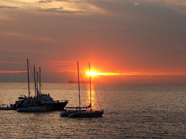 File:Ships on Manila Bay at sunset.PNG