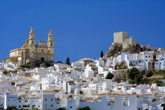 File:Cathedral over sea of white.jpg