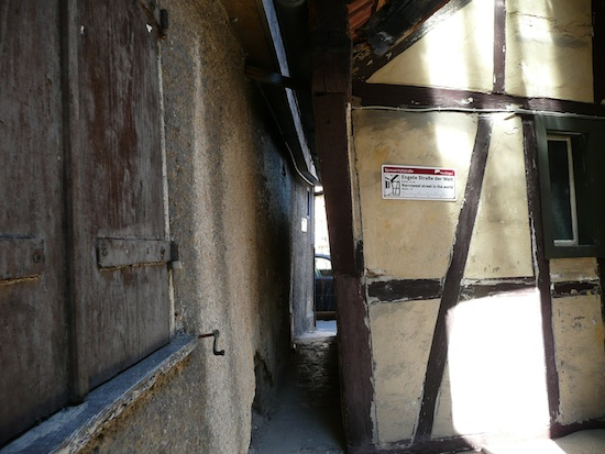 File:Narrowest street in the world, just 31 cm wide.jpg