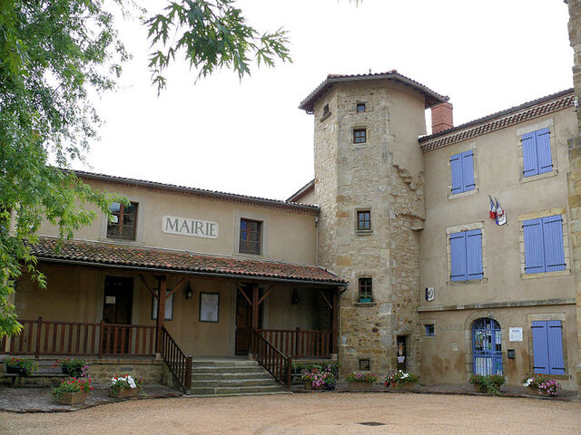 File:Town Hall in Ravel.jpg