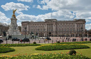 800px-Buckingham Palace, London - April 2009
