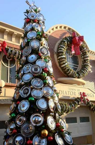 File:Cars Land Hubcap Christmas Tree.png