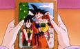 Chichi trzyma zdjęcie rodzinne