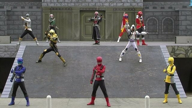 File:Go-Busters with Super Hero.jpg