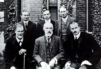 File:Hall Freud Jung in front of Clark 1909.jpg