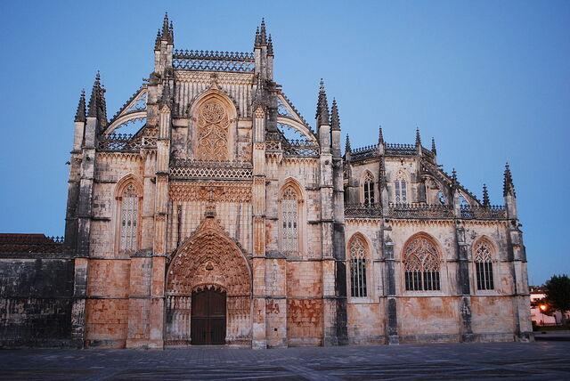 File:1024px-Mosteiro da Batalha - Fachada principal ao anoitecer (2).jpg