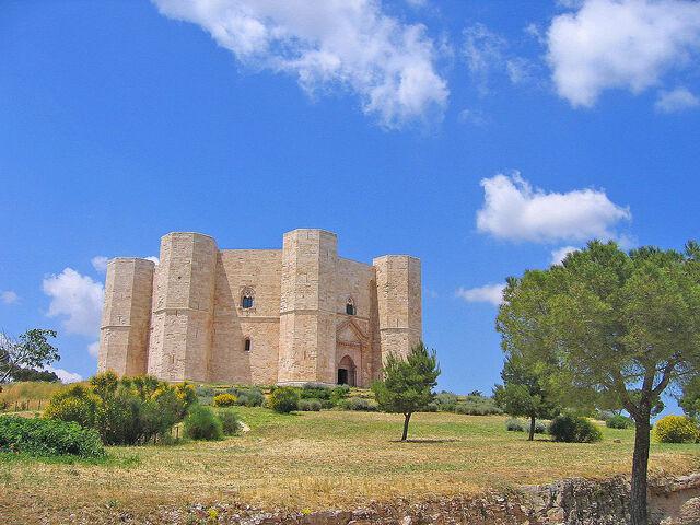 File:1024px-Castel del Monte - Apulia.JPG