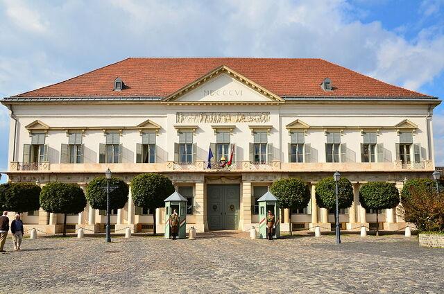 File:1024px-Sándor-palota napsütésben.jpg