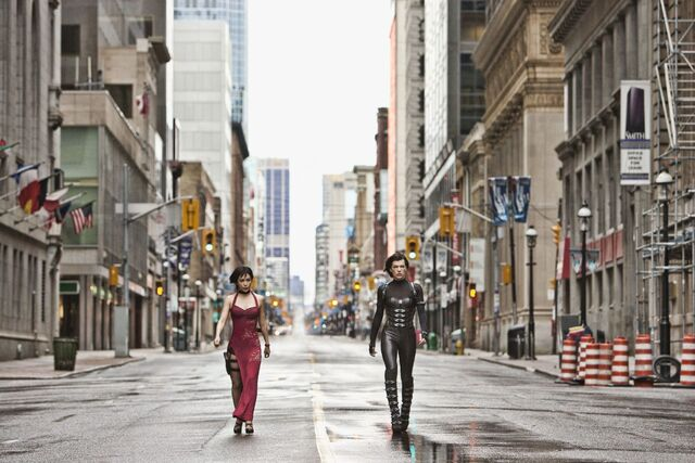 File:Ada Wong walking with Alice through New York simulation.jpg