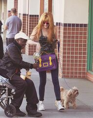 Bella-thorne-giving-man-money
