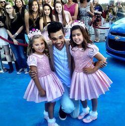 Roshon-fegan-with-littles-girls