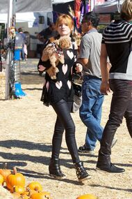 Bella-thorne-Hearts-jumper-with-Kingston