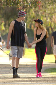 Bella-thorne-run with boyfriend (9)