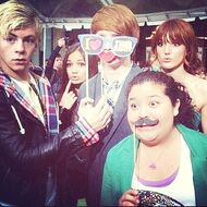 Bella-thorne-with-RossLynch-RainiRodgigez-CalumWorthy