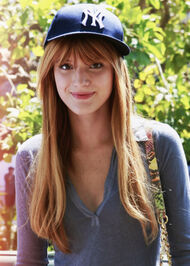 Bella-thorne-cap-greytop-smile