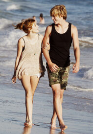 Bella-thorne-with-boyfriend-beachwalk