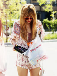 Bella-thorne-shopping-(2)