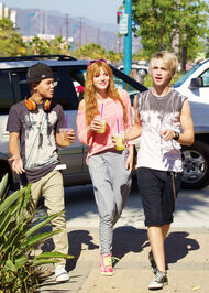 Bella-thorne-drink-with-boypals