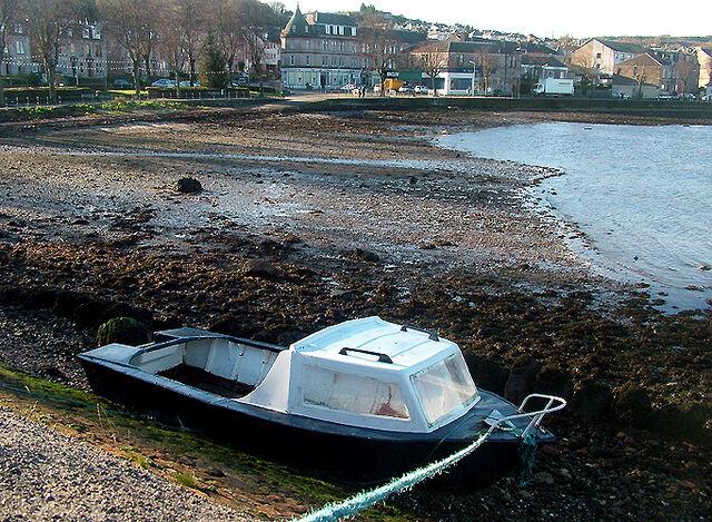 File:Boat-aground-cardwell-bay.jpg