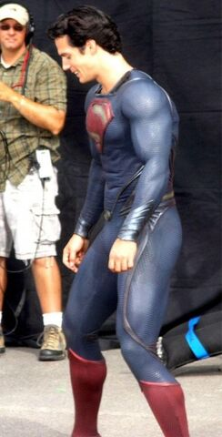 File:Superman-man-of-steel-set-photo-costume-henry-cavill-02-305x600.jpg