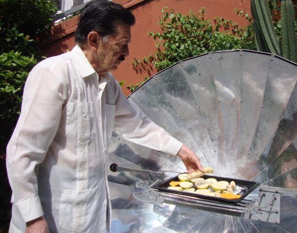 File:Martin Almada cooking bananas, 3-6-14.jpg