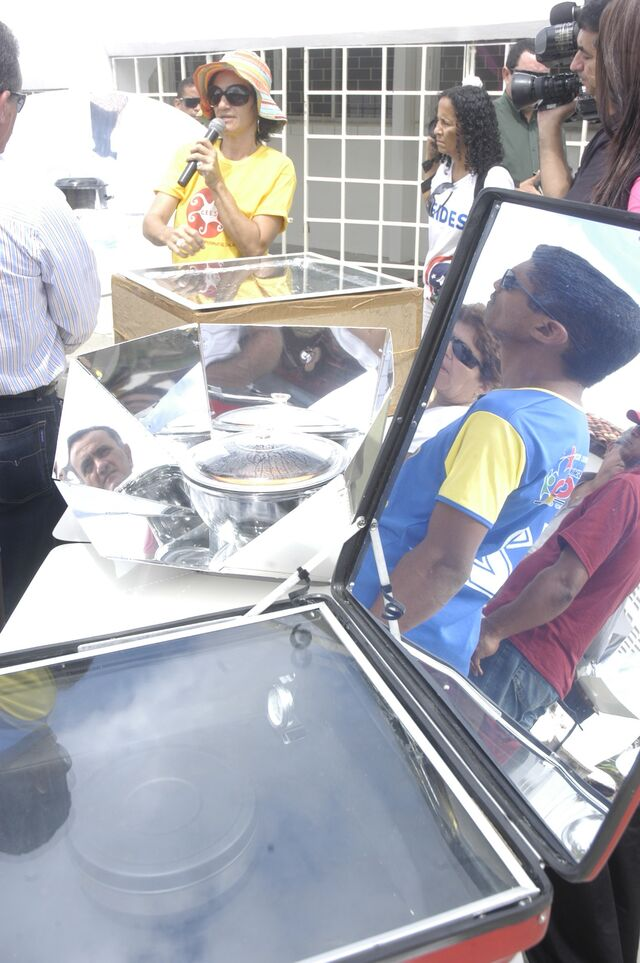 File:CEES Explaining the different types of solar ovens.jpg