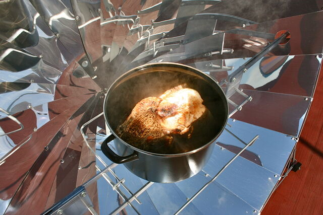 File:Turkey 4 kg in alSol solar cooker.jpg